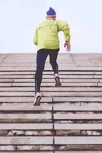 Mann bei Joggen auf Treppen
