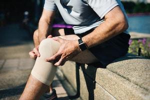 Mann mit Verband am Knie