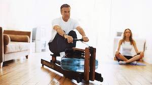 Mann trainiert auf einem Waterrower